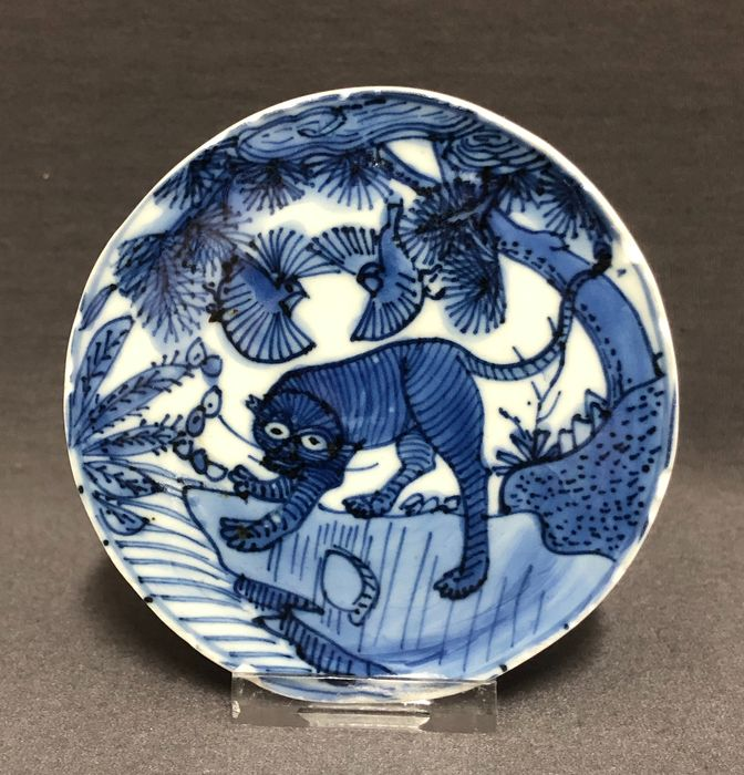 Medallion - Porcelain - Center of a bowl - Tiger on a cliff under clouds, pine tree and two birds - China - Wanli (1573-1619) - Catawiki