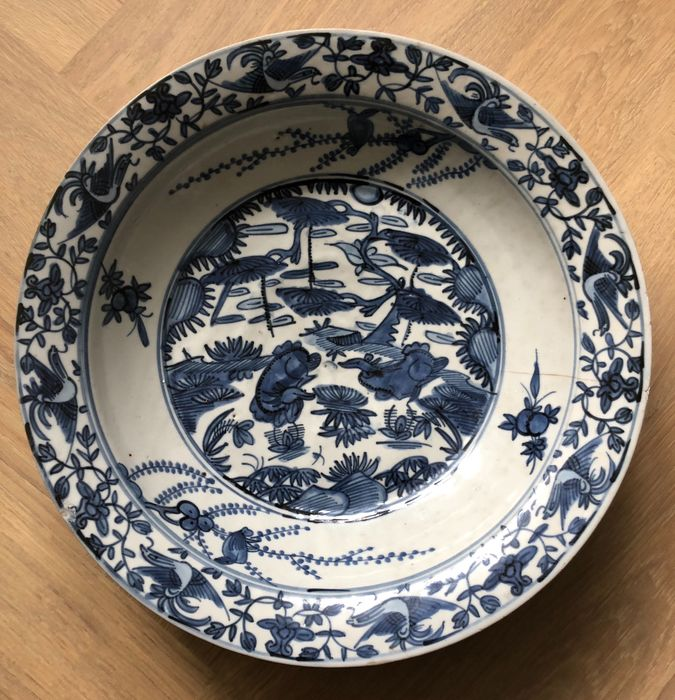 Dish - Porcelain - Very large - Swatow - Resting deer under pinetree near lotus pond - Thickly potted - China - Jiajing (1522-1566)
