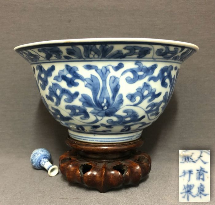 Bowl - Porcelain - Strings of lotus flowers - Six character mark Kangxi and of the period - China - Kangxi (1662-1722)
