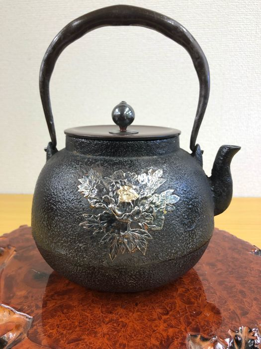 Tetsubin - Iron and Copper Covers and Silver - Exquisite gold and silver inlaid butterfly-pattern iron pot - Japan - Taisho Period(1911-1925)