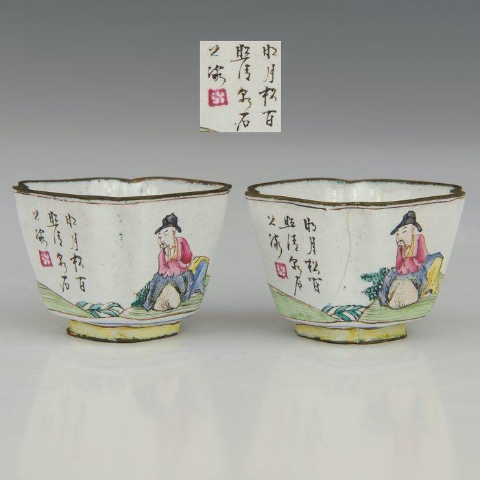 A few cups (2) - Famille rose - Canton enamel - Dutch men in a country achap - China - Qianlong (1736-1795)