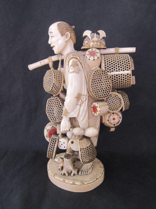 Important and large okimono - Ivory - Basket peddler - Japan - Meiji period (1868-1912)