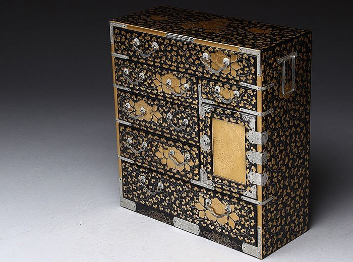 Cabinet (1) - Gold, Lacquer, Wood - Very fine cabinet with arabesque peonies maki-e design - Japan - First half 20th century