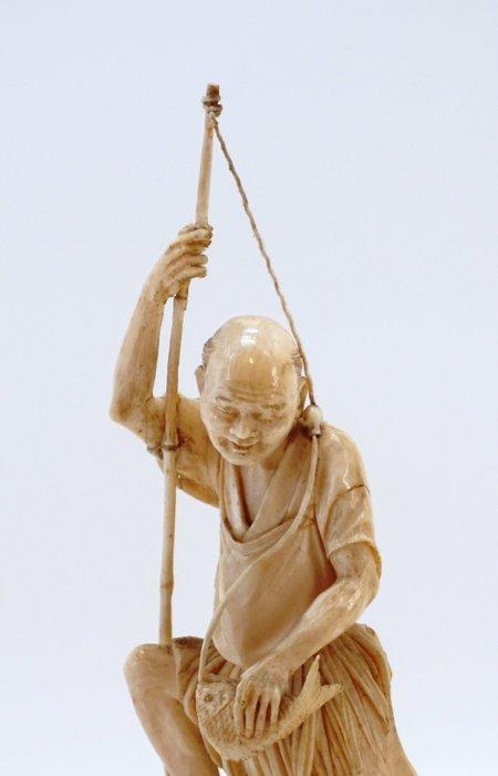 Okimono, signed Mitsu-Yuki - Elephant ivory - Fisherman catching a taî on a base - Japan - Meiji period (1868-1912)