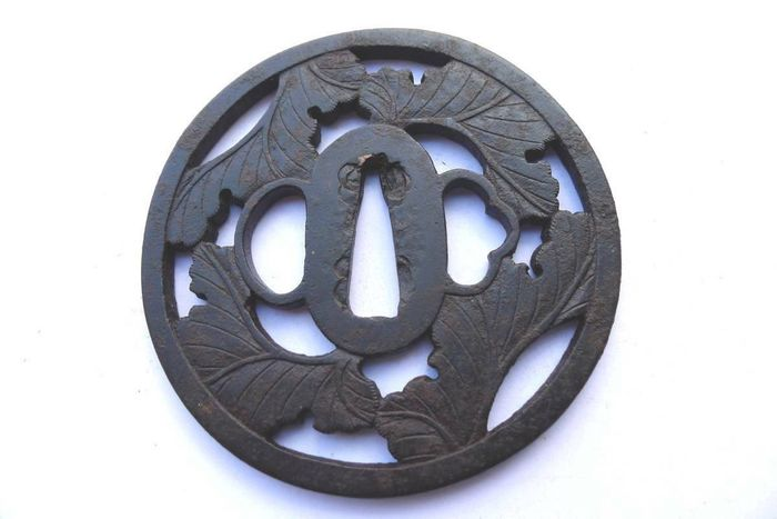 Beautiful leaf motif sukashi large iron tsuba - Iron - Japan - Edo Period (1600-1868)