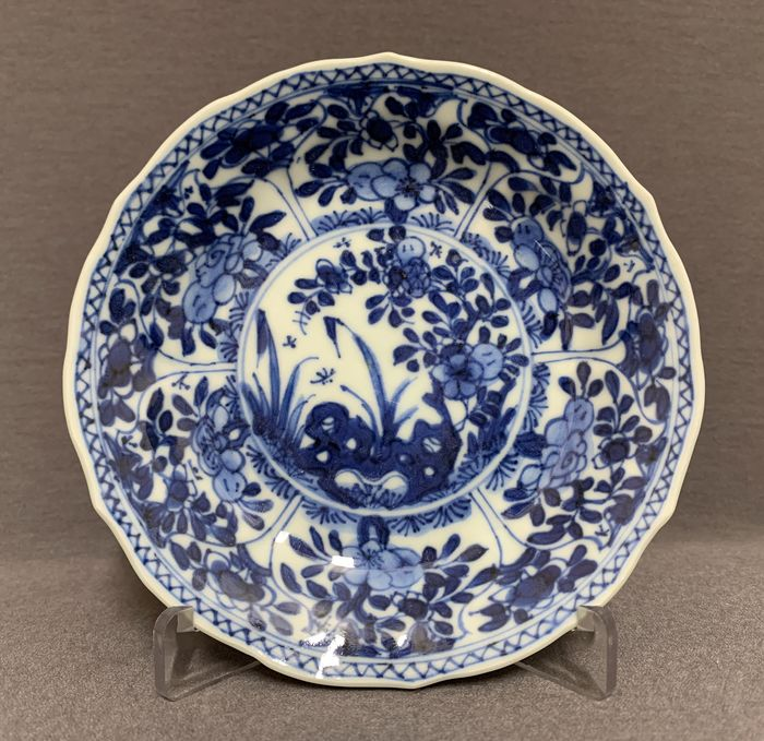 Saucer - Porcelain - With serrated border peonies on pierced rock - Pomegranate shaped panels - Mint - China - Kangxi (1662-1722)