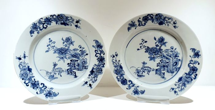 Plates (2) - Blue and white - Porcelain - Landscape, flowers, deer - Very nice Qianlong plates with decoration of deers Ø 23 cm - China - Qianlong (1736-1795)