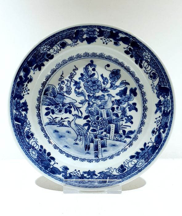 Plate (1) - Blue and white - Porcelain - Flowers, peacock, butterflies - Fully decorated deep plate with peacocks Ø 22.5 cm - China - Kangxi (1662-1722) / Yongzheng (1723-1735)