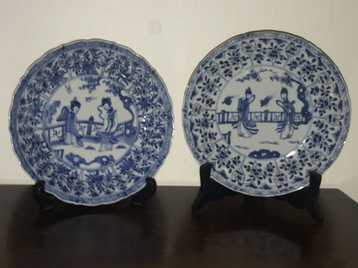 2x Chinese plate, 18th century (1) - Blue and white - Porcelain - Long Lijs (2) - Porcelain - China - ca 1700-1720