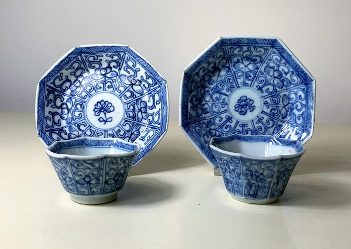 2 octagonal cups and saucers flower Kangxi (4) - Porcelain - China - 17th century