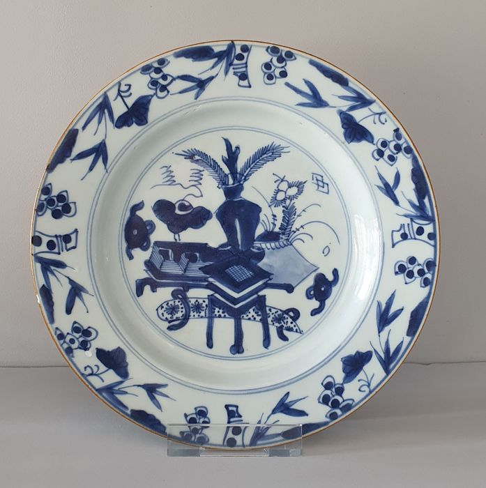 Plate (1) - Blue and white - Porcelain - Flowers, Peacock Feathers and wealth - Very Nice Kangxi plate with Wealth decor Ø 23 cm - China - Kangxi (1662-1722)