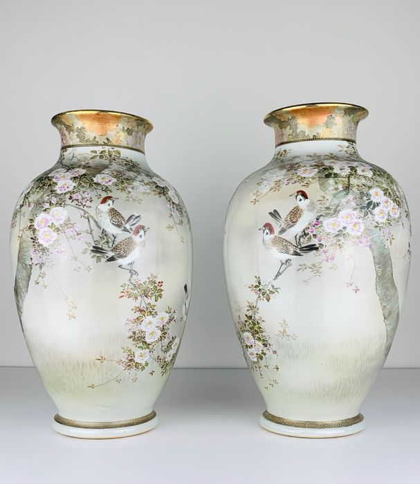 Large and incredibly fine symmetrical pair of Kutani vases with birds - Porcelain - Japan - Meiji period (1868-1912)