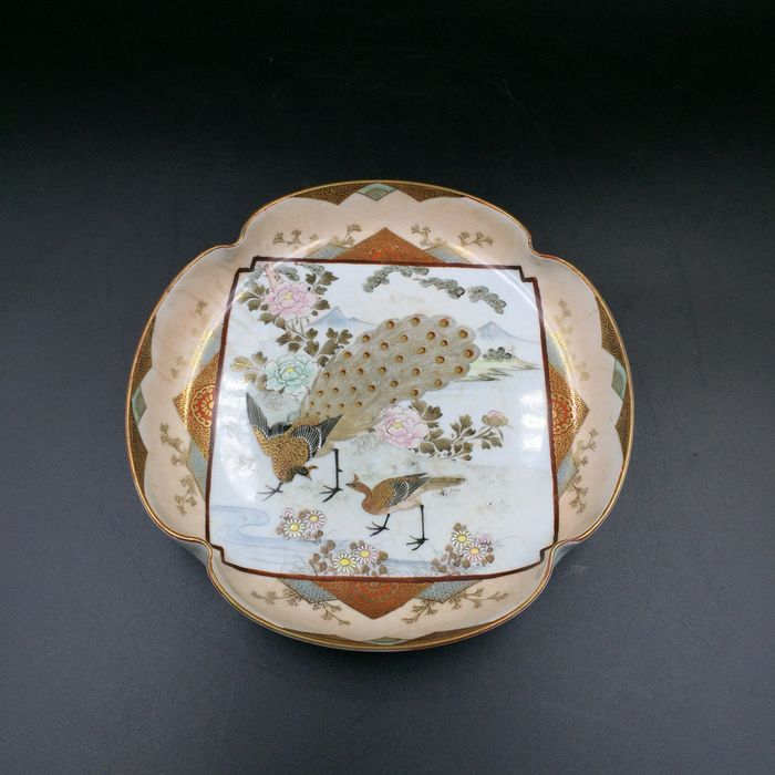 Kutani 九谷 Bowl - Decorated with peacock and peonies - Porcelain - With mark 'Kutani sei' 九谷製 - Japan - Meiji period (1868-1912)