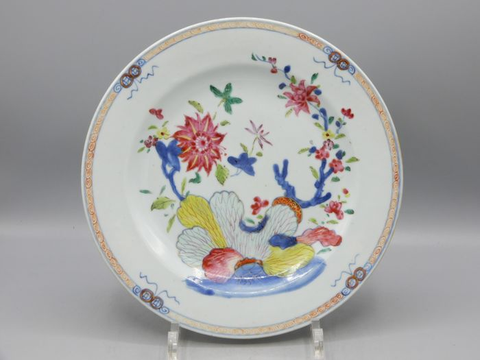Plate - Famille rose - Porcelain - A fine plate with tobacco leaf decor - China - Qianlong (1736-1795)