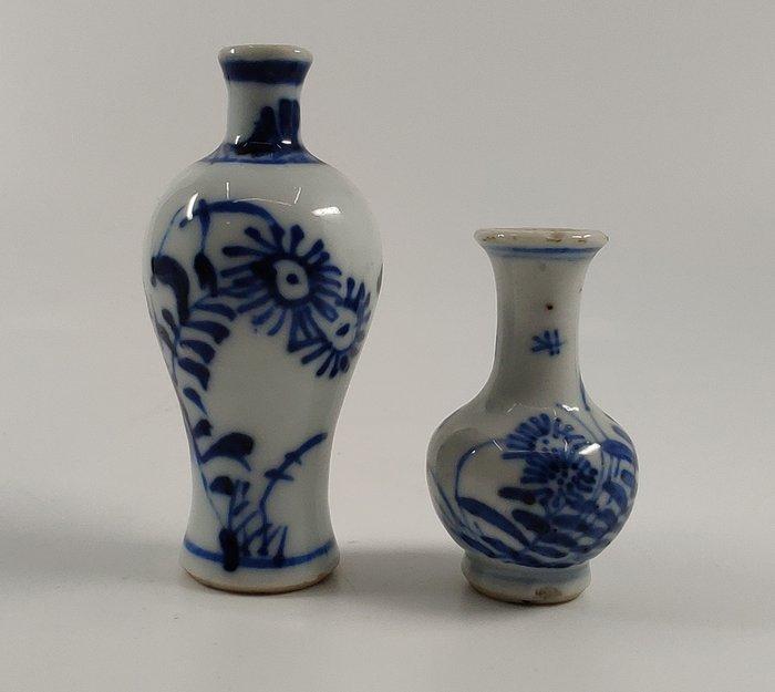 Dollhouse vases (2) - Blue and white - Porcelain - Flowers - Twee kangxi vaasjes - China - Kangxi (1662-1722)