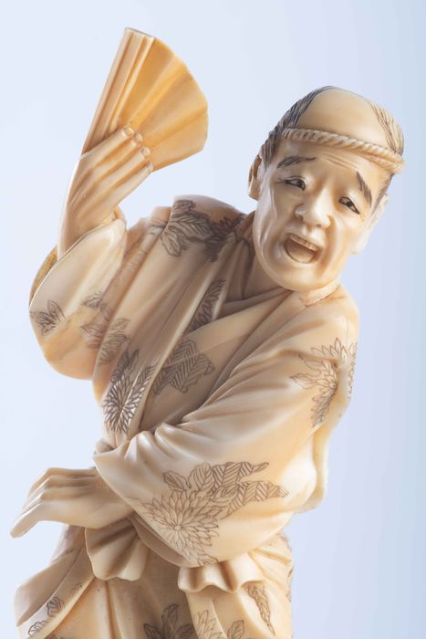 Okimono - Marine ivory - Uomo con ventaglio spaventato da scoiattolo - Firmato sotto la base - Japan - Meiji period (1868-1912)