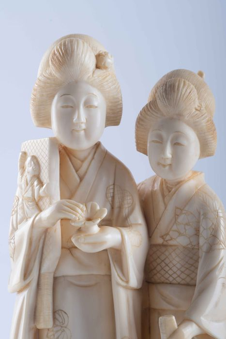 Okimono - Elephant ivory - Raro soggetto - Geishe con Hagoita - Gioco Hanetsuki - Firmato sotto la base - Japan - Meiji period (1868-1912)