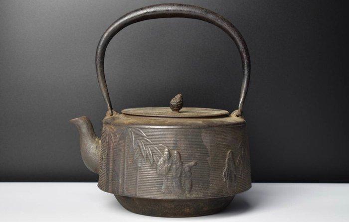 "Tetsubin (1) - Cast iron - Sato Seiko - 竹林七賢図鉄瓶(Takebayashishichikenzu Tetsubin)with Signed ""清光堂"" - Japan - Taishō period (1912-1926)"