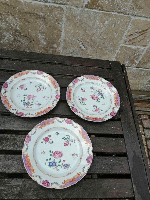 Three very fine Chinese family rose porcelain plates (3) - Porcelain - China - 18th century