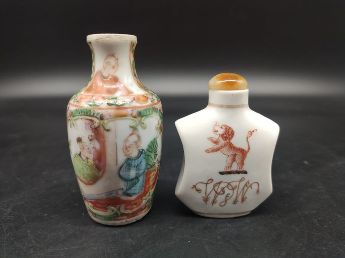 Snuff bottle (2) - Famille rose - Porcelain - Lion, character - China - 19th century
