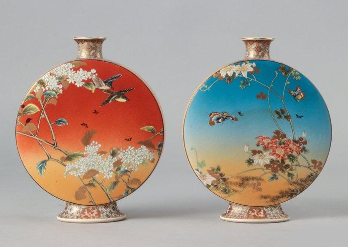 Moonflask, Vases (2) - Porcelain - Taizan Yohei - Marked 'Dai Nihon Taizan sei' 大日本帯山製 (Taizan Yohei), probably with impressed seal 'Taizan' 帯山 - Japan - Meiji period (1868-1912)