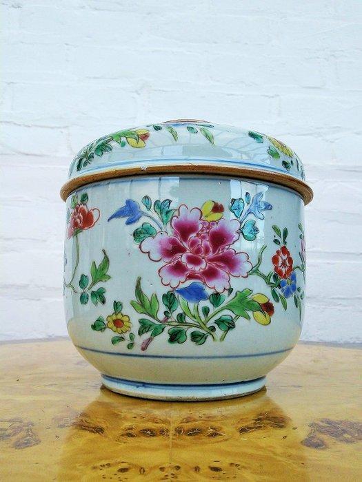 Chinese Yongzheng Big Famille Rose lidded bowl - Polychrome Enameled decoration of flowers (2) - Enamel, Porcelain - China - Yongzheng (1723-1735)