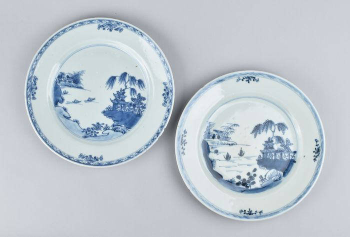 A PAIR OF BLUE AND WHITE PLATES WITH A LANDSCAPE (0) - Porcelain - China - Kangxi (1662-1722)