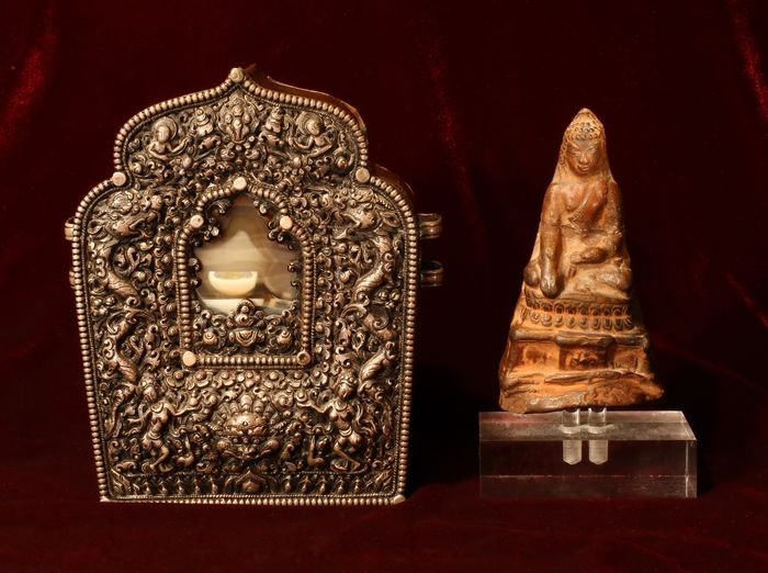 Gau, Tibetan portable shrine - Agate, Clay, Copper, Silver - Antique Tibetan silver Gau with Agate and clay Buddha 1850-1900 good provenance - Tibet - 19th century