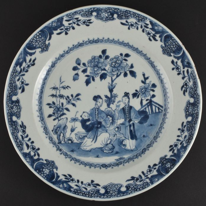 A VERY CHARMING BLUE AND WHITE CHARGER WITH A LADY AND HER BABY - Porcelain - China - Qianlong (1736-1795)