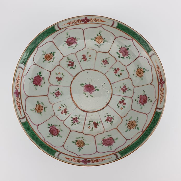 Dish, Plate (1) - Famille rose - Porcelain - Flowers - Large 18th Century Famille Rose Plate Made for the Islamic Market, VOC - China - 18th century