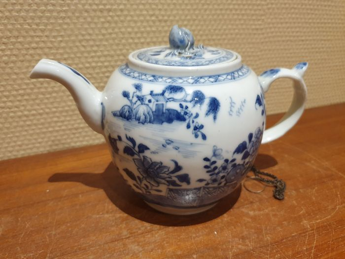 Teapot (1) - Porcelain - Blue-white with flowers and landscape - China - Jiaqing (1796-1820)