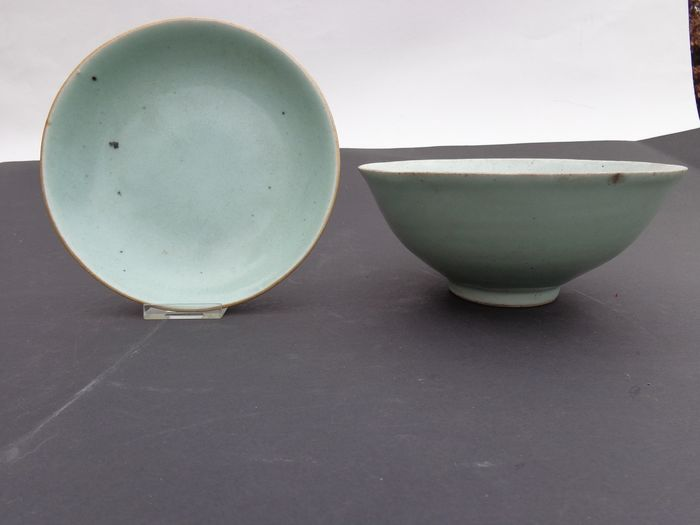 Plate (2) - Celadon - Porcelain - Celadon bord en kom 19 eeuw - China - 19th century