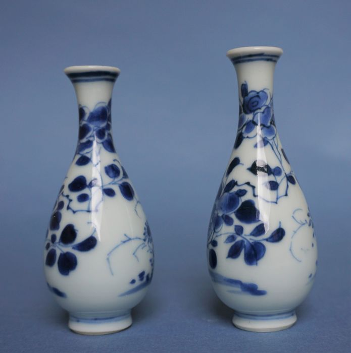 Chinese Kangxi miniature vases (2) - Blue and white - Porcelain - Flowers - China - Kangxi (1662-1722)