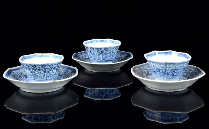 Rare tea service of 3 Chinese octagonal cups and 3 saucers - (6) - Blue and white - Porcelain - Flower decor - China - 18th century
