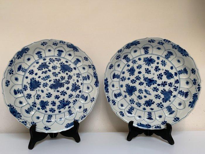 Plate (2) - Porcelain - KANGXI MARK AND PERIOD 26,5cm floral plate - China - Kangxi (1662-1722)