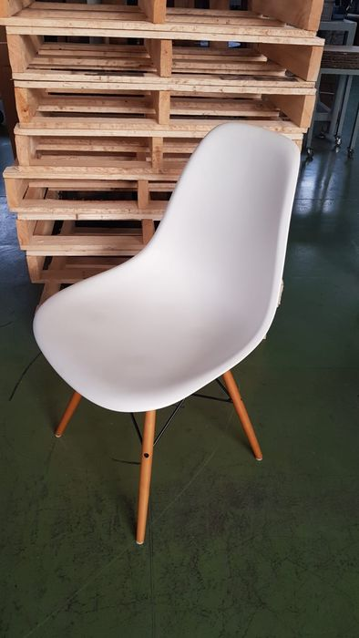 """Yet, as popular as the lounge chair and ottoman have become, they remain grounded in the handcrafted details that continue to distinguish this classic, authentic design,"""" Charles Eames Ray Eames Vitra Chair Dsw Catawiki"""