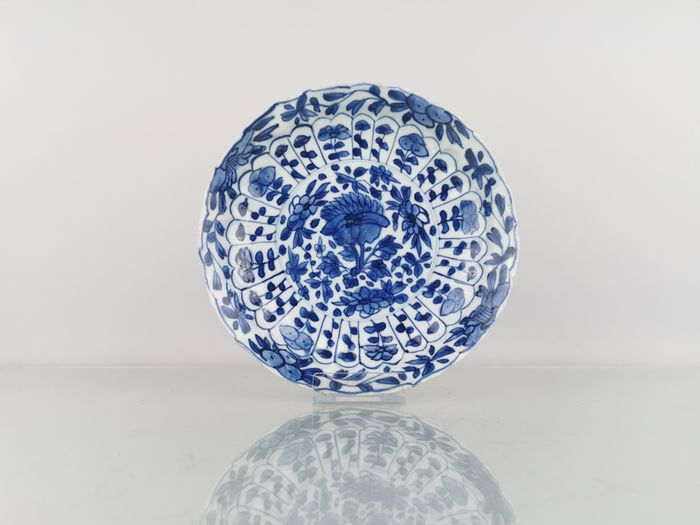 Plate (1) - Blue and white - Porcelain - Flowers - Beautiful Scalloped and fully decorated Kangxi Plate Ø21CM - China - Kangxi (1662-1722)