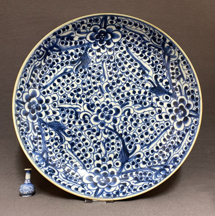 Plate - Porcelain - Chinese - Peonies and fish eggs for good fortune and wealth - Mint condition - China - Kangxi (1662-1722)