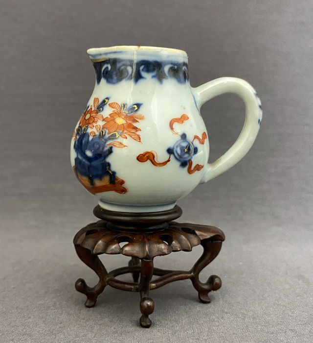 Cream jug on tailor made wooden stand - Porcelain - Chinese - Penzai pot, valuables and Buddhist treasures - Overglaze red and gold - Mint condition - China - 18th century