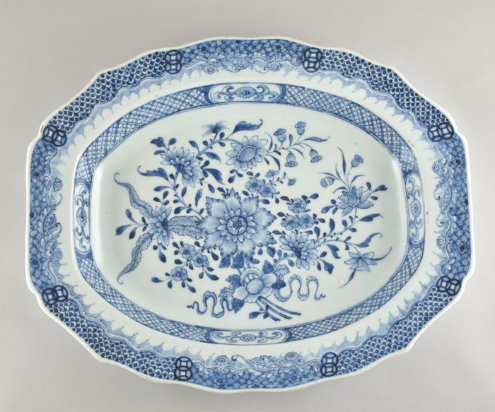 A VERY LARGE CHINESE BLUE AND WHITE OVALE DISH - Porcelain - China - Qianlong (1736-1795)