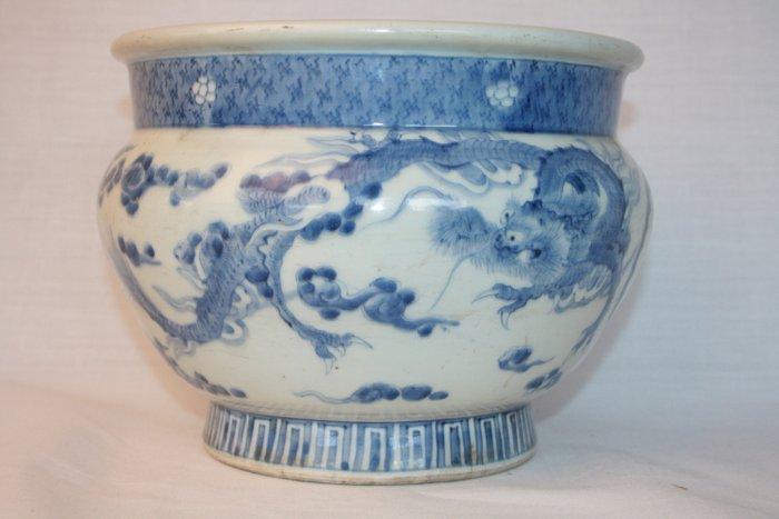 Jardinière - Arita, Blue and white - Porcelain, Cobalt - A fine underglaze Blue and White Dragon Jardiniere - Japan - Meiji period (1868-1912)