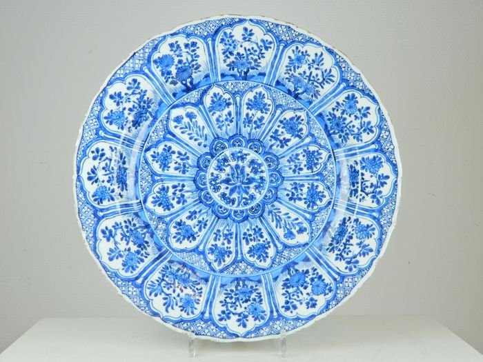 Large plate with lotus decor - Blue and white - Porcelain - China - Kangxi (1662-1722)