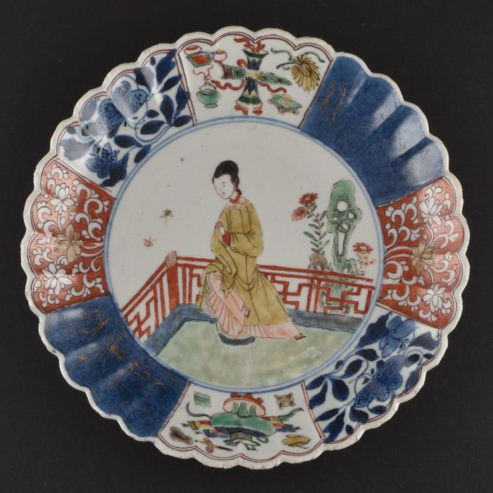 A CHINESE FAMILLE VERTE CHRYSANTHEMUM DISH DECORATED WITH A LADY - Porcelain - China - Kangxi (1662-1722)