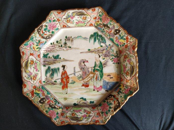 Dish - Porcelain - Kutani ware large octagonal Famille Rose charger - Japan - Edo Period (1600-1868)