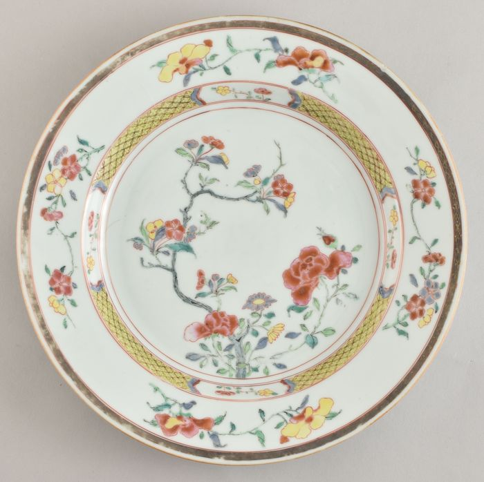 A VERY FINE CHINESE FAMILLE ROSE/JAUNE PLATE - Porcelain - China - Yongzheng (1723-1735)