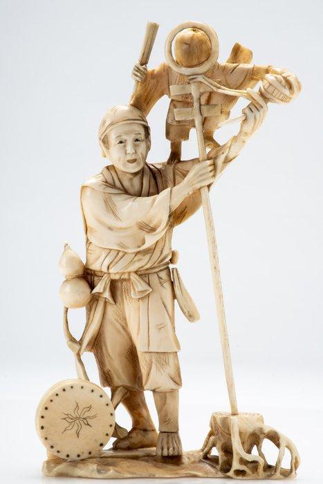 Okimono - Marine ivory - Intrattenitore di strada con scimmia - Firmato Muneyuki 宗之 - Japan - Meiji period (1868-1912)