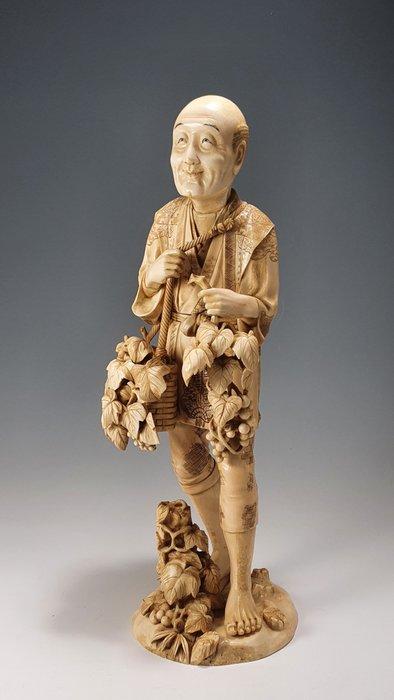 Okimono - Elephant ivory, Marine ivory - Vine picker - Signed 'Toshimasa' 利政 - Japan - Meiji period (1868-1912)
