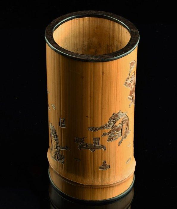 Brushpot - Bamboo - Signed 'Iwamoto Kenshun tō' 岩本建春刀 (Carved by Iwamoto Kenshun) - Inscribed 'Nihon koku Kobe Aioi kyōhan' 日本国神戸相生橋畔 - Japan - Meiji period (1868-1912)