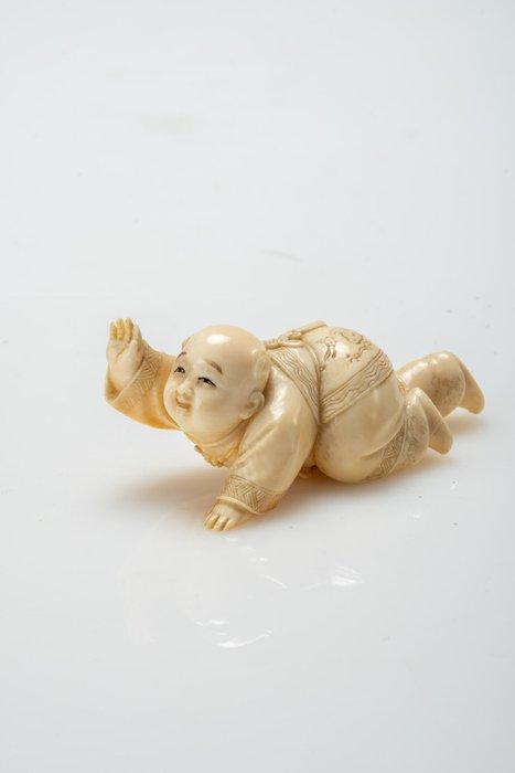 Okimono - Elephant ivory - NO RESERVE PRICE - Bambino che gattona - Japan - Meiji period (1868-1912)