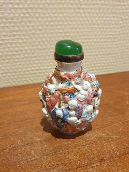 "Snuff bottle (1) - Porcelain - Famille rose ""100 boys"" - China - 19th century"